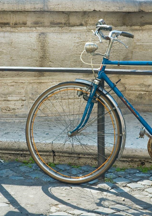 Bicicleta vieja foto de archivo libre de regalías