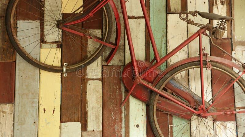 Bicicleta vieja del vintage en fondo de madera colorido foto de archivo