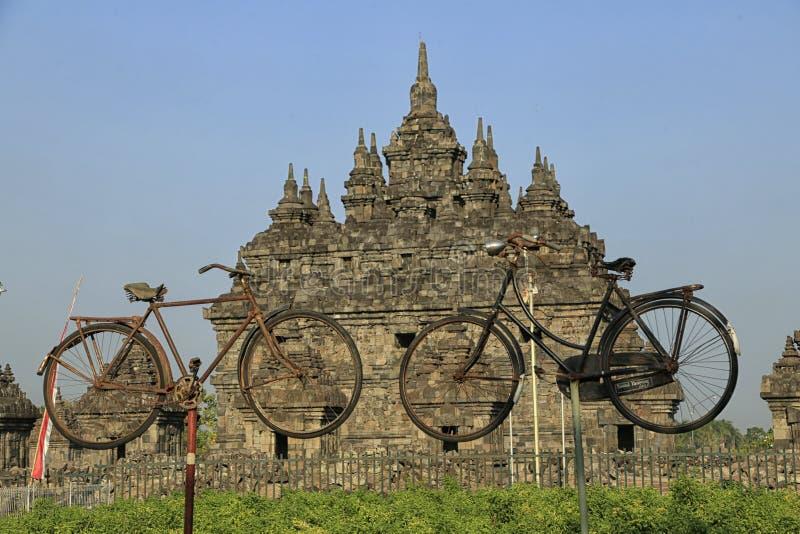Bicicleta vieja dos delante del templo de Plaosan fotografía de archivo