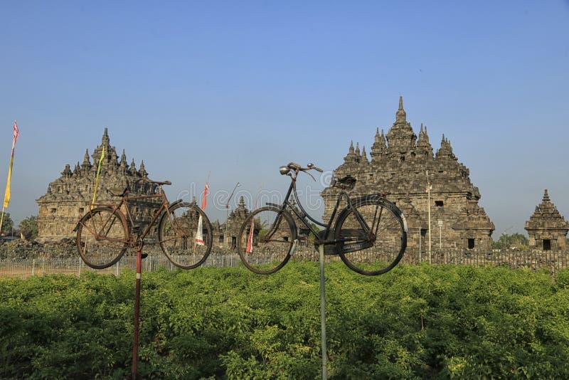 Bicicleta vieja dos delante del templo de Plaosan foto de archivo libre de regalías