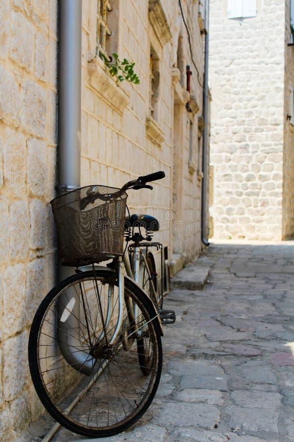 Bicicleta vieja en la pared imagen de archivo libre de regalías