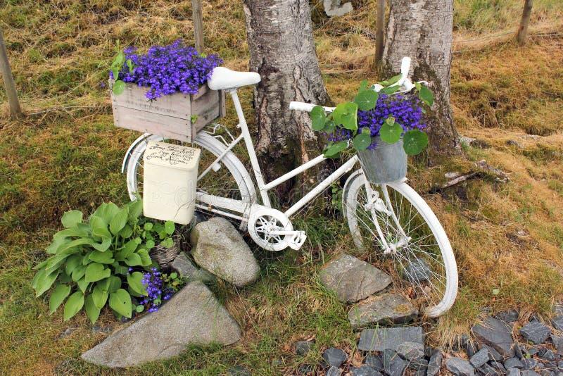 Bicicleta vieja usada como caja del poste en campo noruego fotografía de archivo libre de regalías