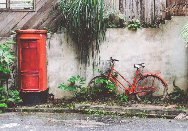 Bicicleta y buzón retros rojos imagenes de archivo