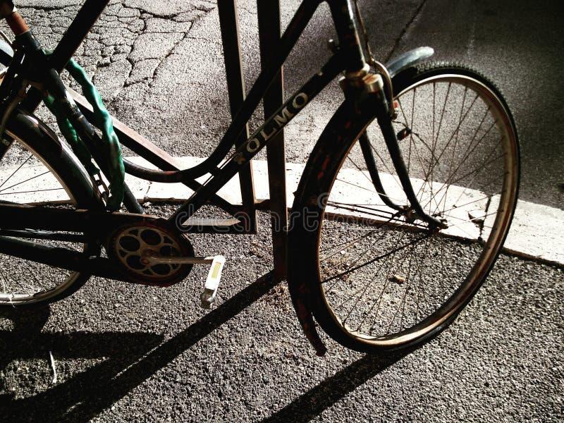 Bicicleta y sombras foto de archivo
