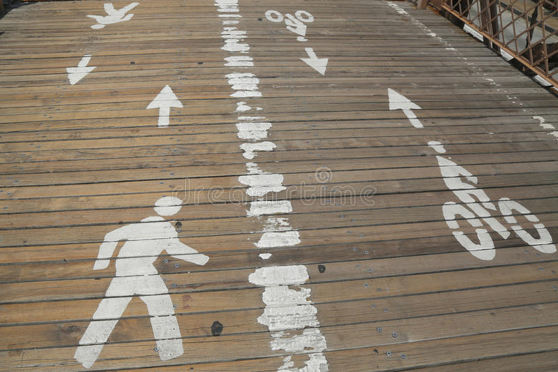 Bicicleta y trayectoria peatonal en la calzada peatonal de madera en el centro del puente de Brooklyn fotos de archivo libres de regalías