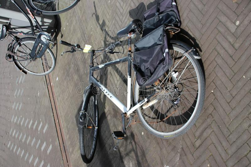 Bicicletas abandonadas e velhas na rua que são identificadas por meio da etiqueta a ser removida pela municipalidade de Den Haag  fotografia de stock royalty free