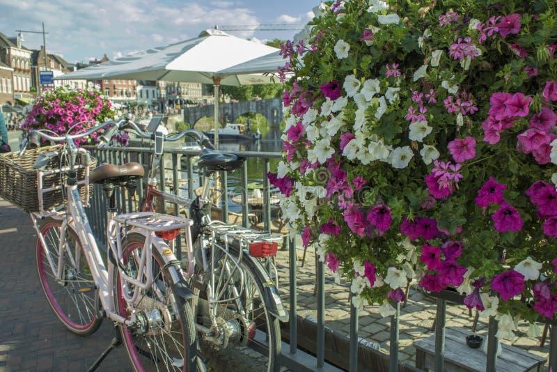 Bicicletas al lado del canal de Amsterdam, Nederlands fotografía de archivo
