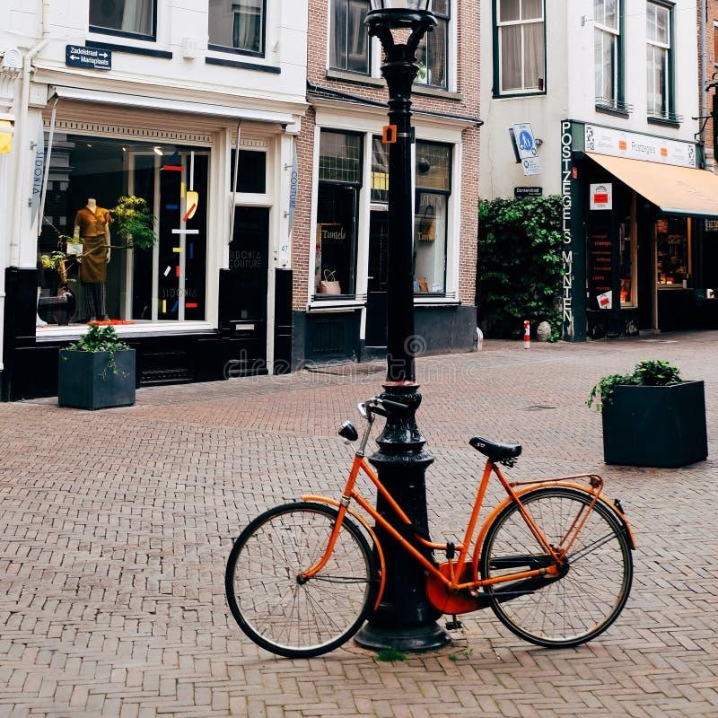 Bicicletas alaranjadas em uma cidade quieta foto de stock royalty free