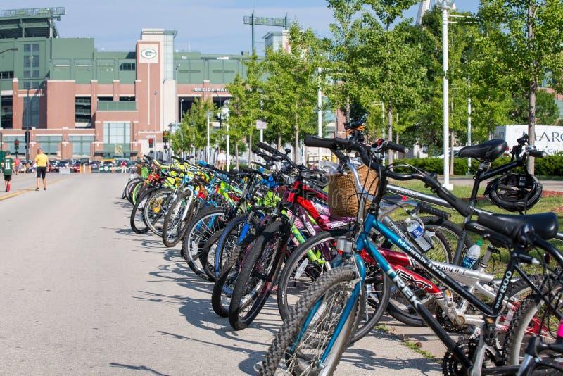 Bicicletas alinhadas perto do campo de Lambeau imagem de stock