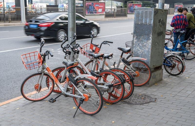 Bicicletas alugados de Mobike em CBD no Pequim, China imagens de stock