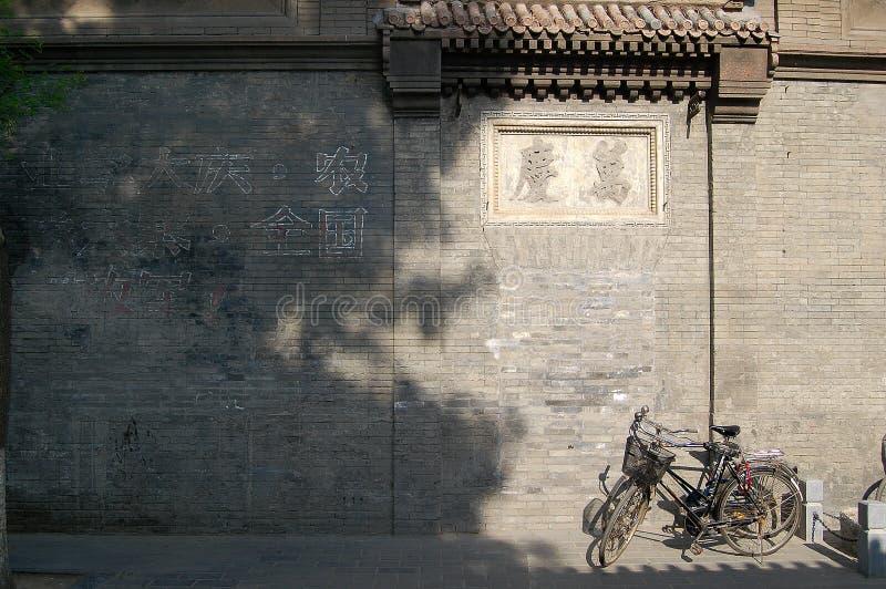Bicicletas ao lado da parede velha fotos de stock