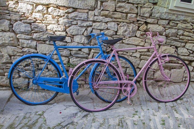 Bicicletas coloridas foto de stock