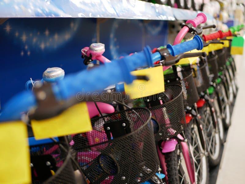 Bicicletas coloridas del niño que son exhibidas en venta en un supermercado/una alameda foto de archivo