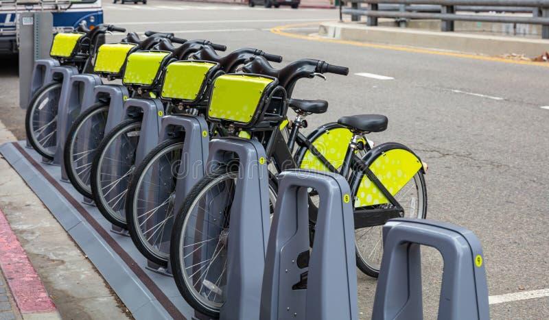 Bicicletas da cidade para o arrendamento estacionado na rua imagem de stock
