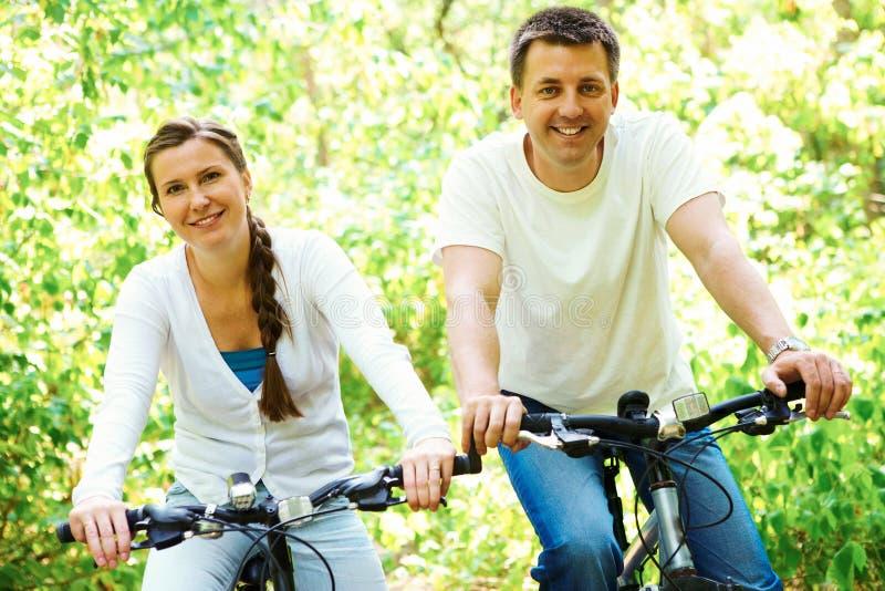 Bicicletas da equitação imagens de stock royalty free