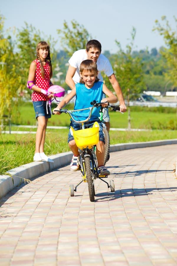 Bicicletas da equitação fotografia de stock