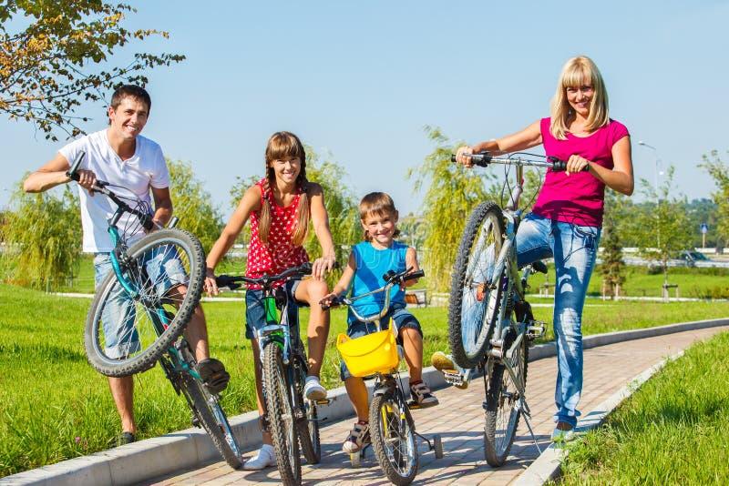 Bicicletas da equitação da família foto de stock