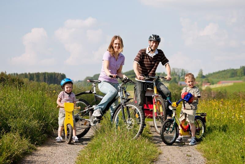 Bicicletas da equitação da família no verão fotografia de stock