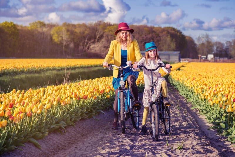Bicicletas da equitação da mamã e da filha imagens de stock royalty free