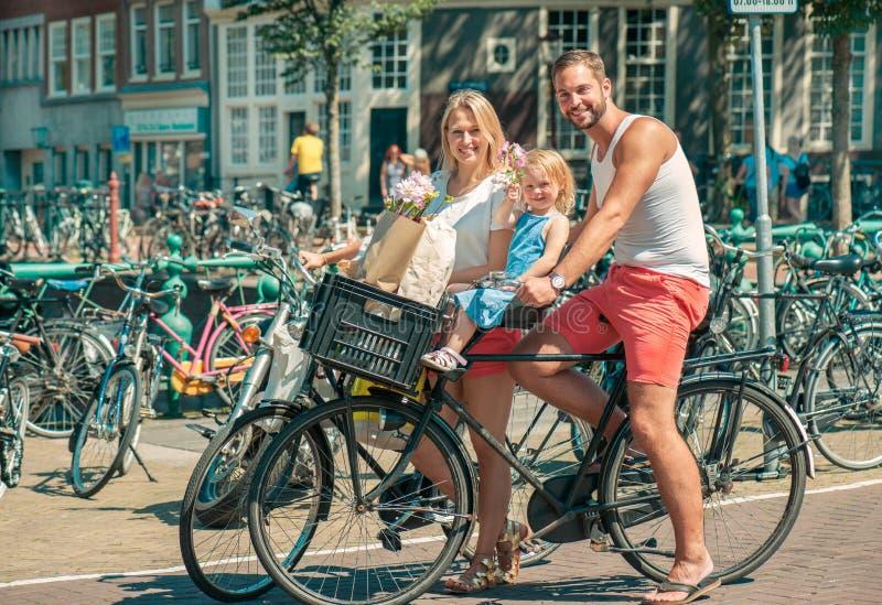 Bicicletas da equitação em Amsterdão fotos de stock