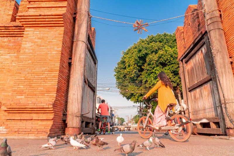 Bicicletas de los paseos de los turistas en la puerta de Thapae en la ciudad de Chiang Mai imagenes de archivo