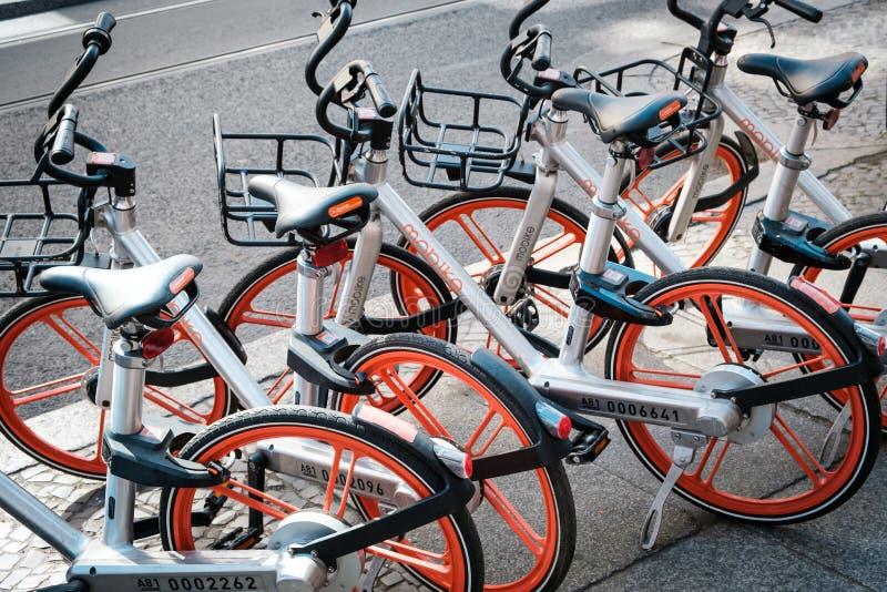 Bicicletas de Mobike para o aluguel Mobike ? uma bicicleta que compartilha do sistema sediado no Pequim, China foto de stock