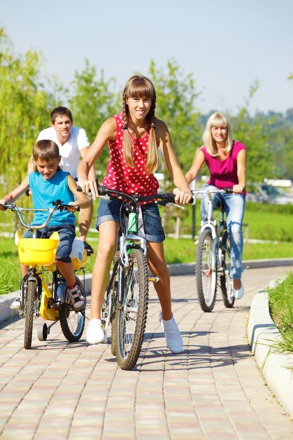Bicicletas del montar a caballo de la familia foto de archivo