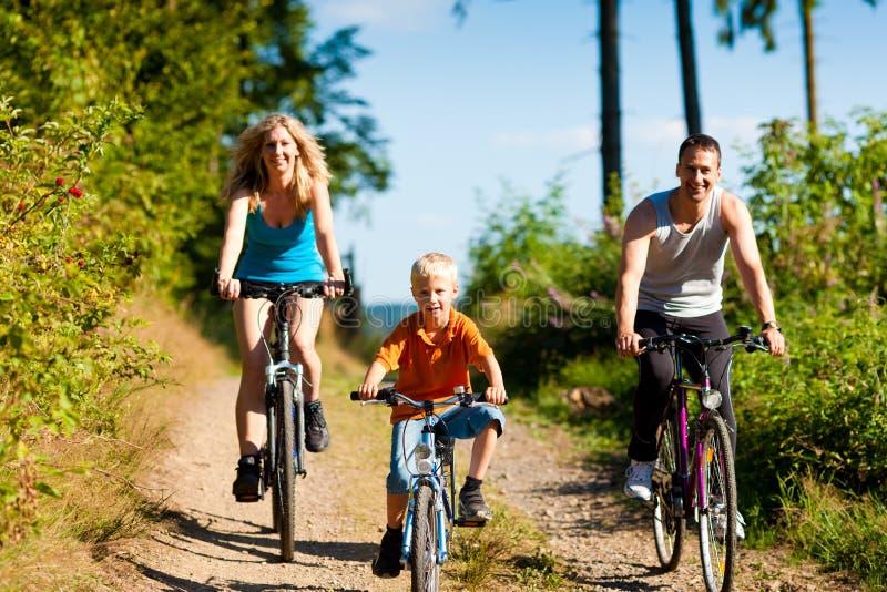 Bicicletas del montar a caballo de la familia para el deporte foto de archivo