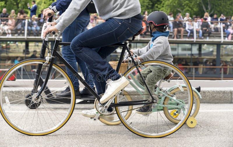 Bicicletas del paseo del padre y del hijo en paseo a lo largo del terraplén del Sena en París fotos de archivo