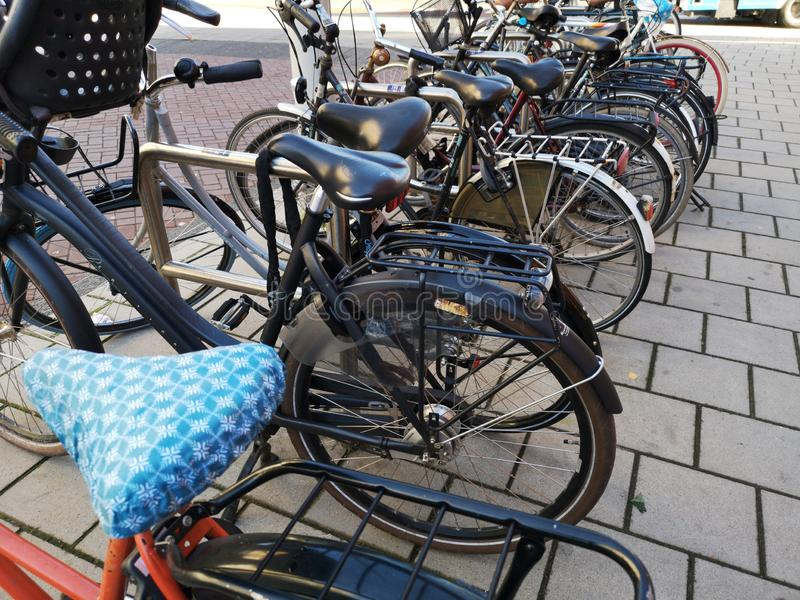 Bicicletas do vintage estacionadas em Amsterdão imagem de stock royalty free