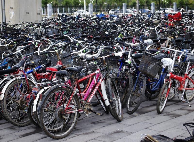 Bicicletas dos lotes de estacionamento em Beijing, China foto de stock royalty free
