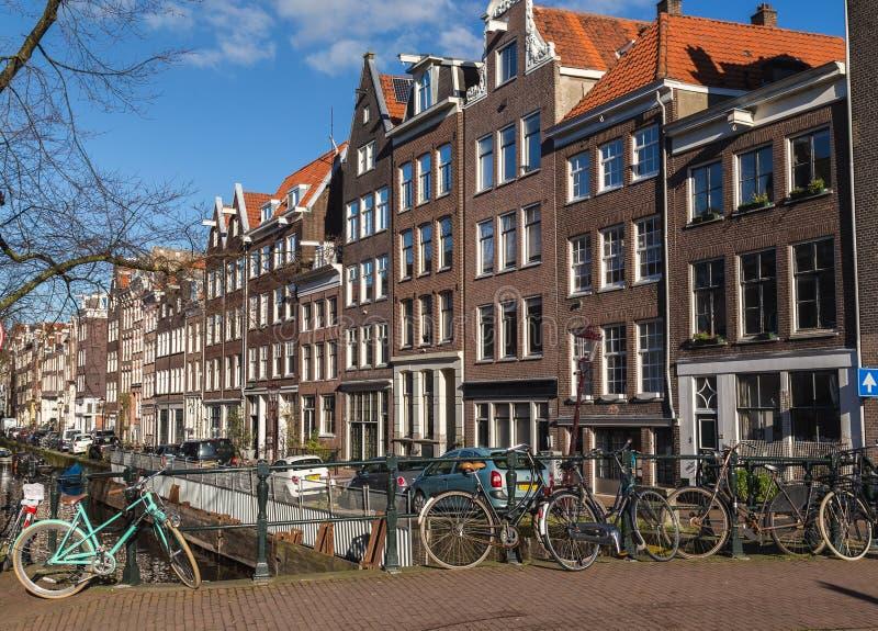 Bicicletas e construções Amsterdão fotografia de stock