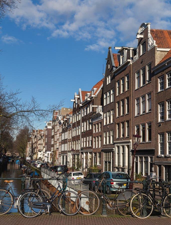 Bicicletas e construções Amsterdão imagens de stock royalty free