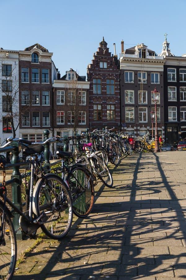 Bicicletas e construções em Amsterdão fotografia de stock royalty free