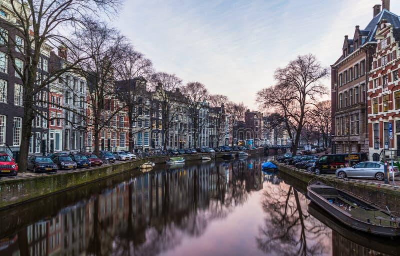 Bicicletas e construções em Amsterdão fotos de stock royalty free