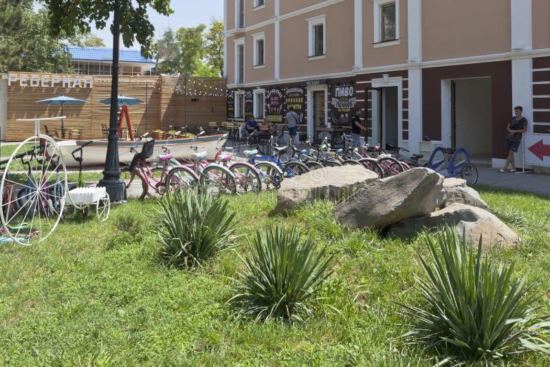 Bicicletas e 'trotinette's para o aluguer em Maxim Gorky Embankment na estância turística de Evpatoria, Crimeia fotografia de stock royalty free
