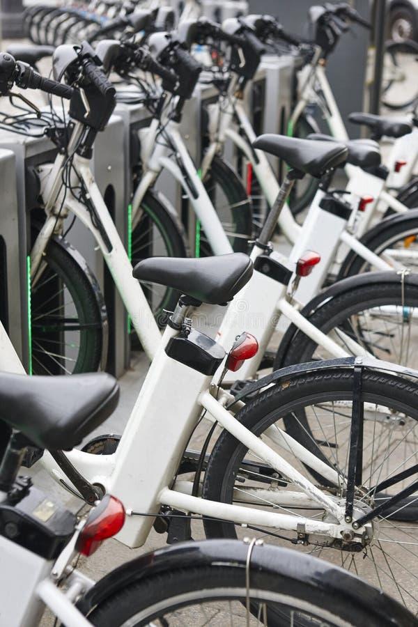 Bicicletas elétricas de carregamento na cidade Transporte verde urbano fotos de stock