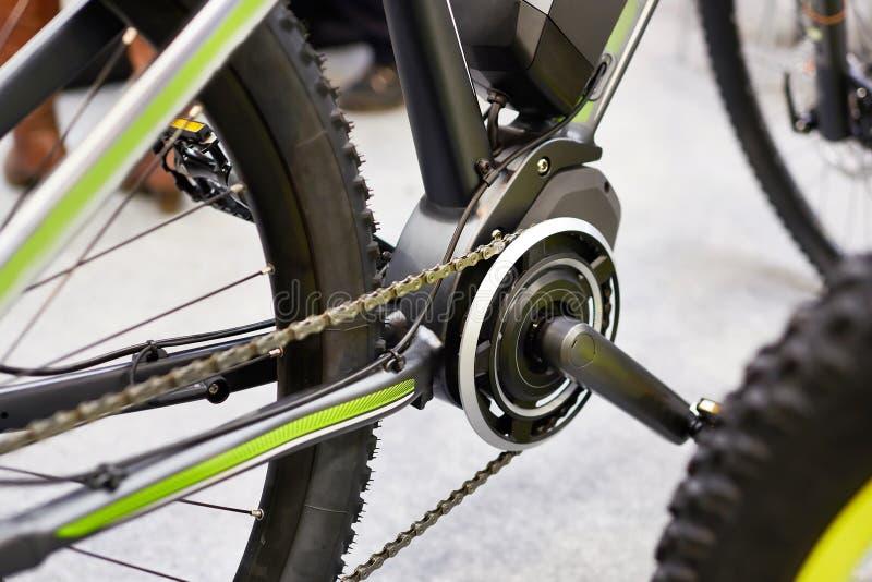 Bicicletas elétricas do motor na frente dos pedais do transporte fotos de stock
