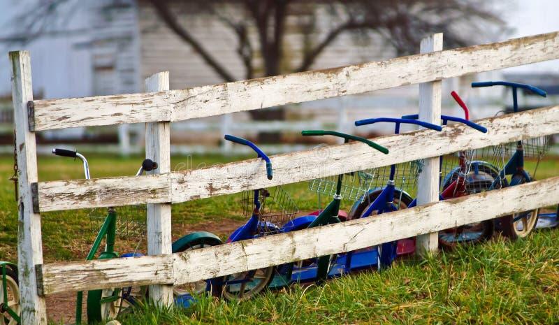 Bicicletas em Amish uma casa da escola da sala imagens de stock