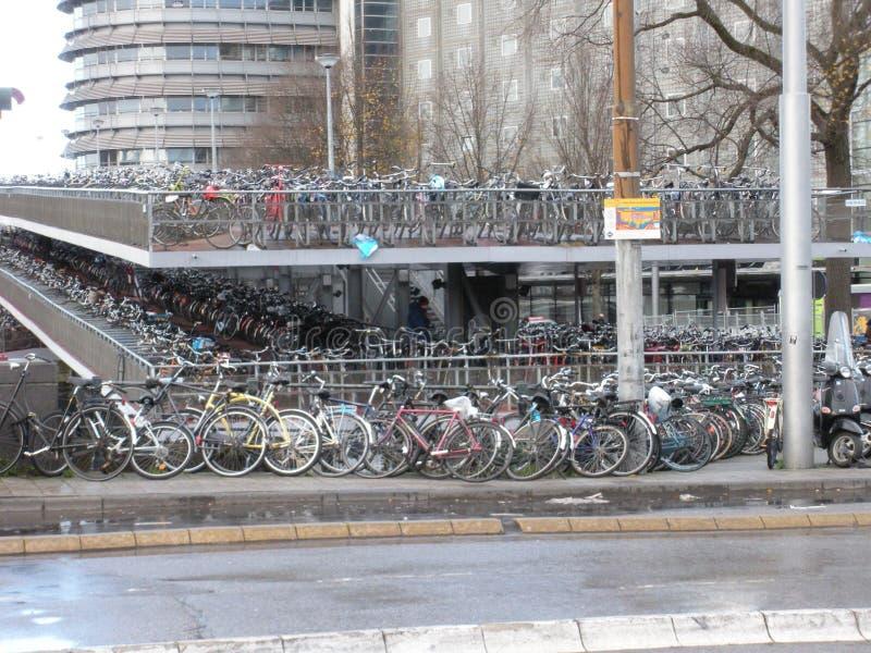 Bicicletas em toda parte foto de stock