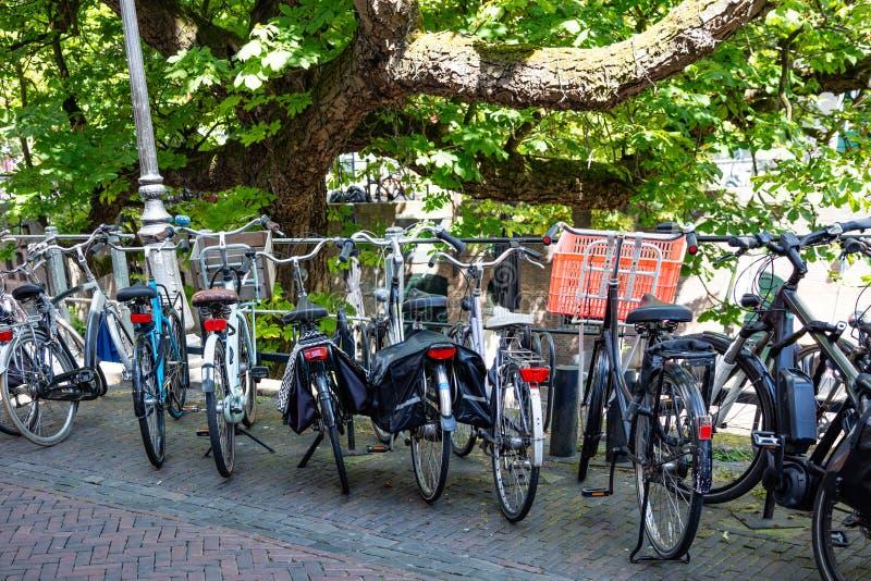 Bicicletas em um trilho do canal do rio na cidade de Utrecht, Países Baixos fotos de stock