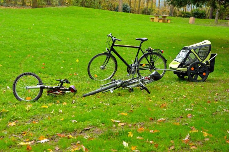 Bicicletas em uma área picknic foto de stock royalty free