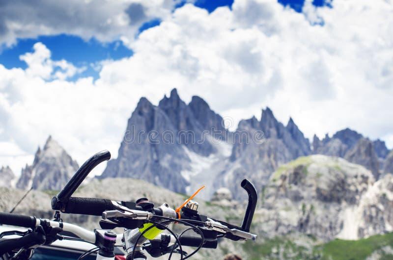 Bicicletas em uma estrada Detalhe de guiador Esportes e lazer fotos de stock royalty free