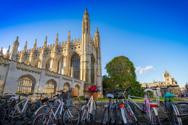 Bicicletas en el primero plano y reyes Collage, Cambrdige, Reino Unido en el fondo en el día soleado foto de archivo libre de regalías