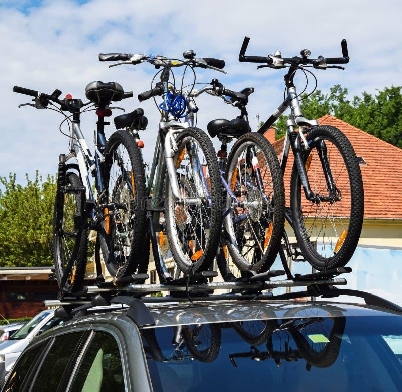 Bicicletas en el top de un coche imagenes de archivo