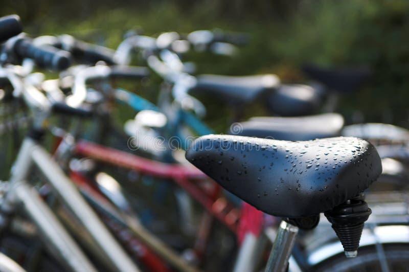Bicicletas en la lluvia foto de archivo libre de regalías