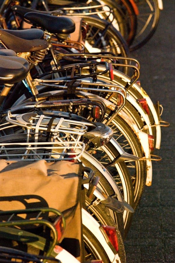 Bicicletas en un estante fotografía de archivo