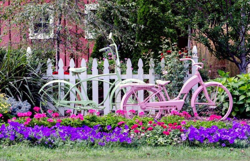 Bicicletas en un jardín imagen de archivo