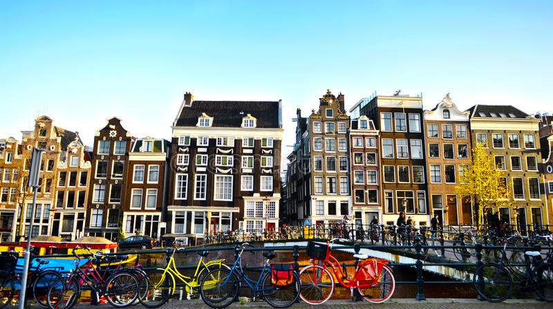 Bicicletas en un puente sobre los canales de Amsterdam, Países Bajos foto de archivo libre de regalías