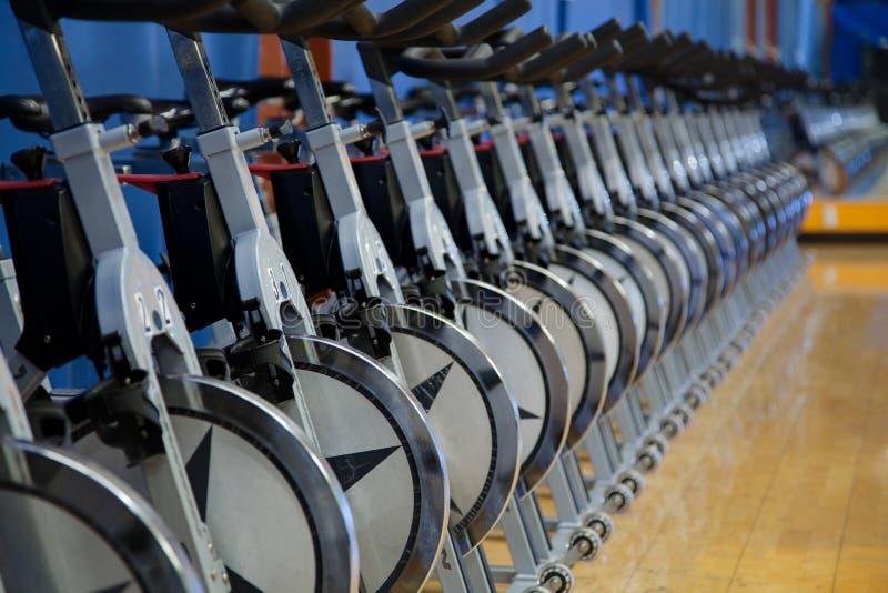 Bicicletas estacionárias da rotação fotos de stock